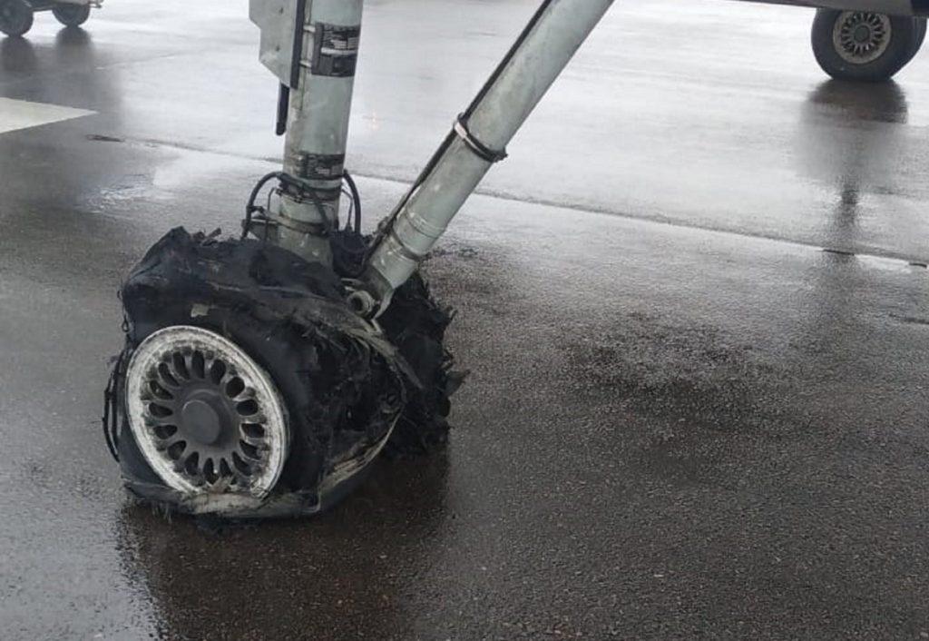 У самолета Qazaq Air лопнули шины